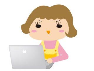 パソコンと向き合うエプロンの主婦のイラスト
